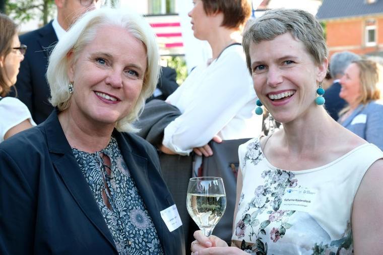 Katharina Kastendiek (rechts) mit Förderkreis-Mitglied und Forum Wissen-Unterstützerin Susanne Heller
