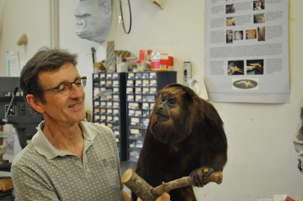 Dr. Gert Tröster in der Werkstatt der zoologischen Sammlung.